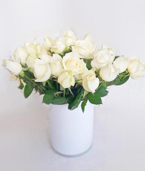 Γιάλινος κύλινδρος με λευκά τριαντάφυλλα
